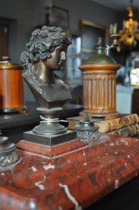 Skrivbordsuppsats i brons och marmor, 1800-tal, föreställande Antinous.