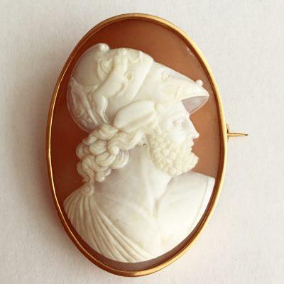 Snäckskalskamé, 18k guld, med antikiserande motiv av man i profil.