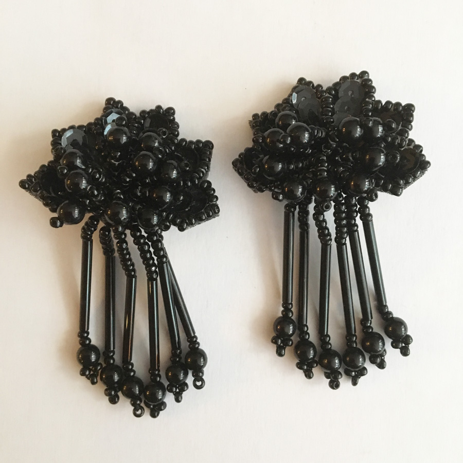 Örhängen med svarta plastpärlor, från 1970-talet.