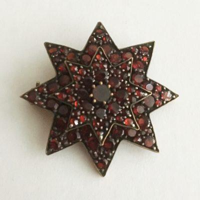 Stjärnformad granatbrosch.