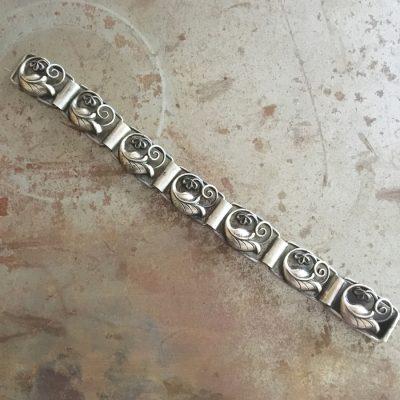 Dekorativt silverarmband med stiliserade löv. Från 1950-talet.