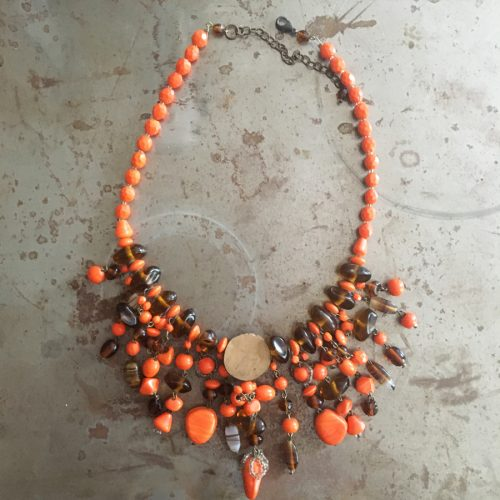 Orange halsband, 60/70-tal, baksidan.