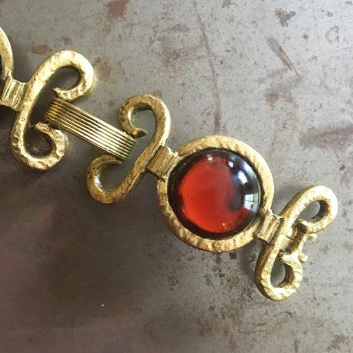 Dekorativt vintagearmband med bärnstenstonade glasstenar.