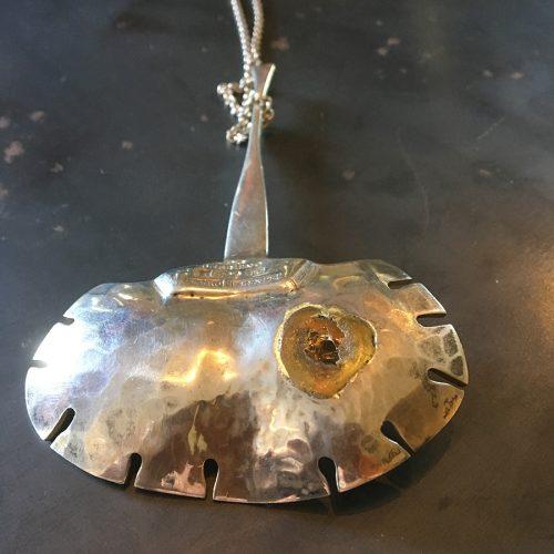 Baksidan av smycket