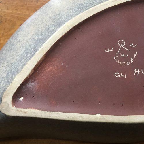 Baksidan är signerad med Gunnar Nylunds initialier